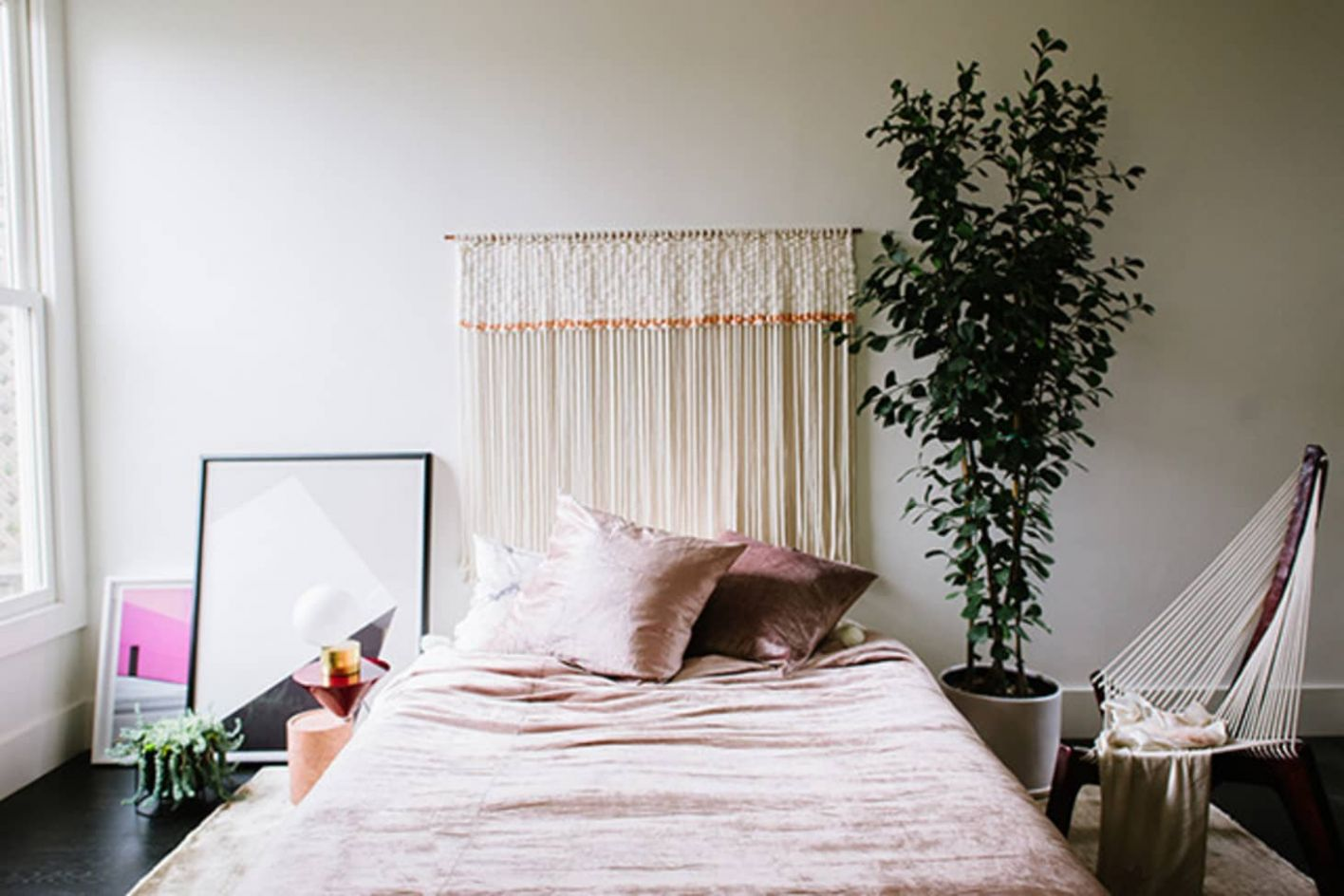 11 Ideas for How to Frame a Bed Without a Headboard | Apartment ..