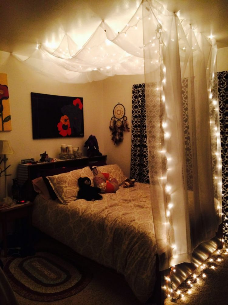 12 Ideas To Hang Christmas Lights In A Bedroom - Shelterness