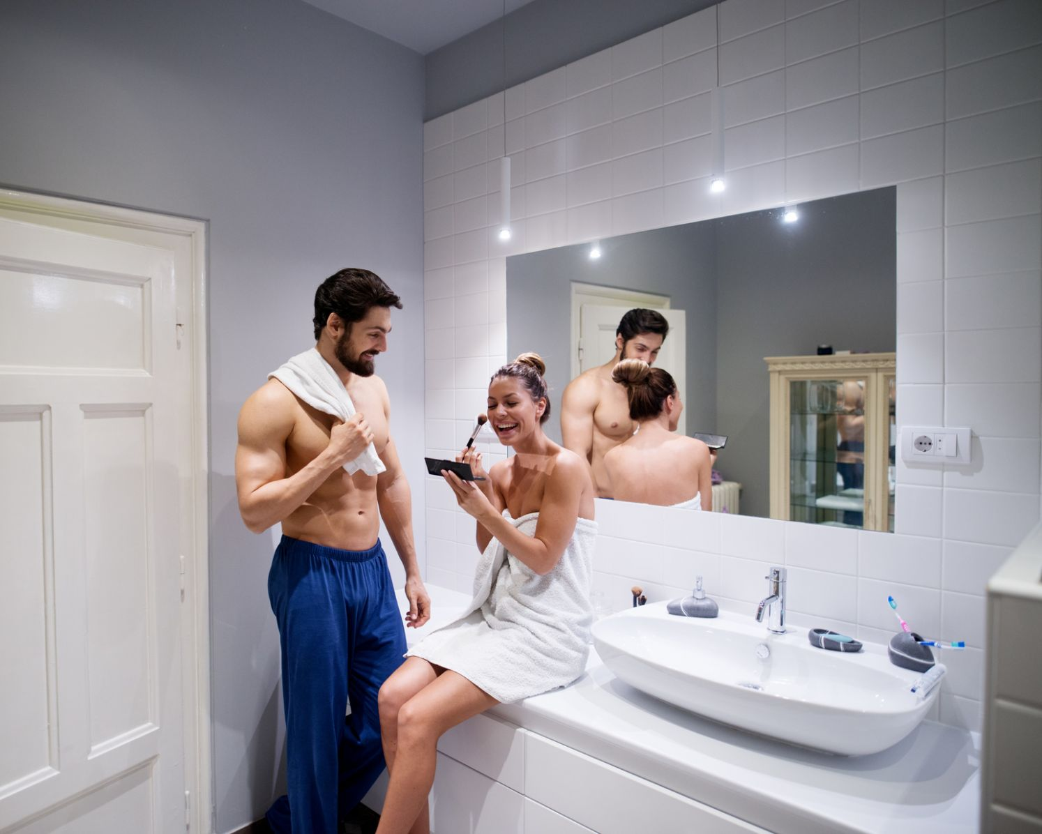 12 Things All Couples Should Vs. Shouldn't Do In The Bathroom Together
