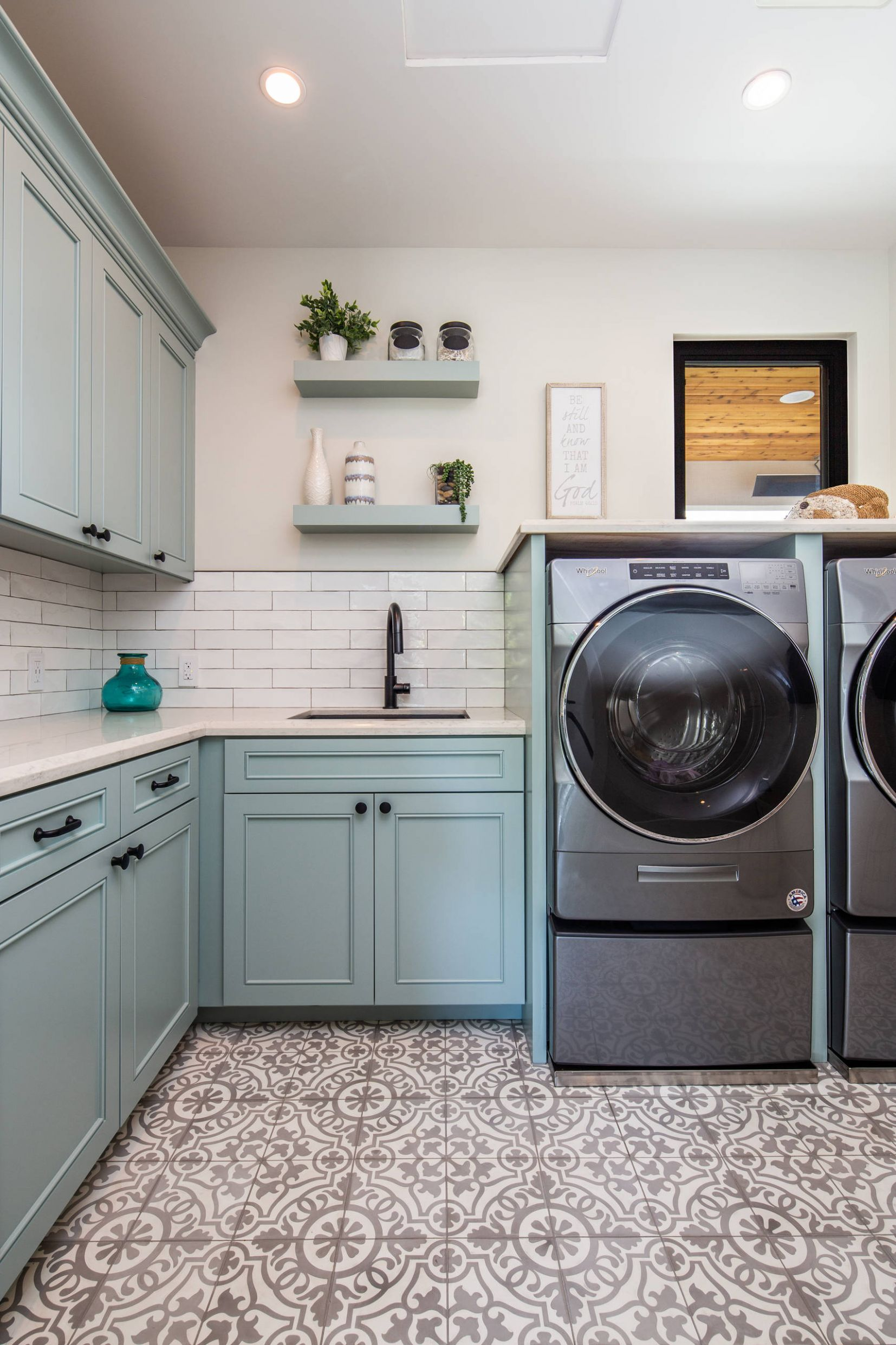 8 Beautiful L-Shaped Laundry Room Pictures & Ideas | Houzz - laundry room ideas l shaped