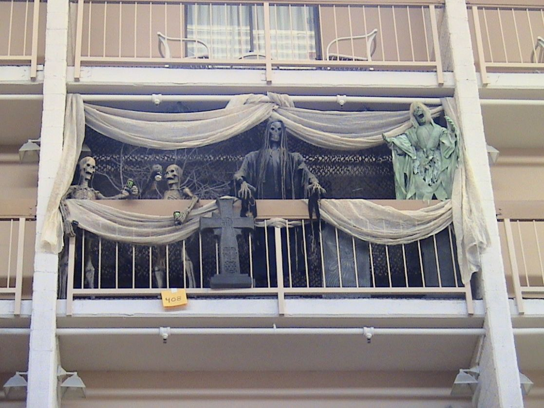 9 awesomely easy ways to decorate your apartment balcony for Halloween - balcony halloween ideas