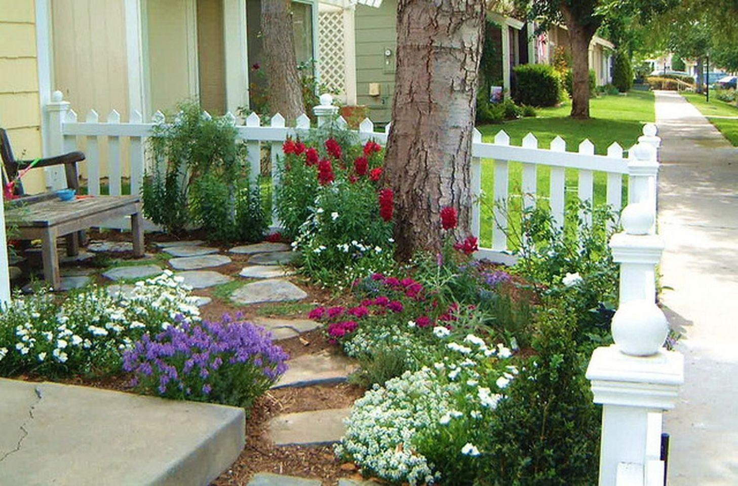 9 Cute and Simple Tiny Patio Garden Ideas | Small front yard ..