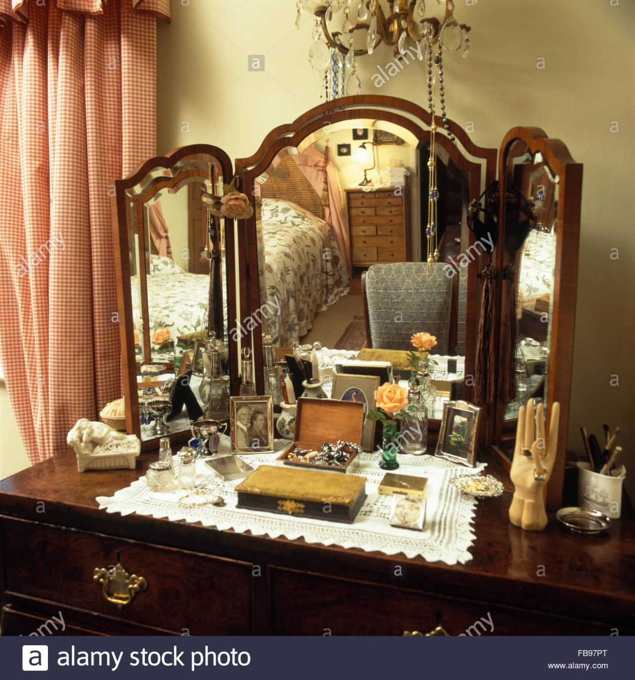 Close-up of a vintage dressing table with triple mirror Stock ..