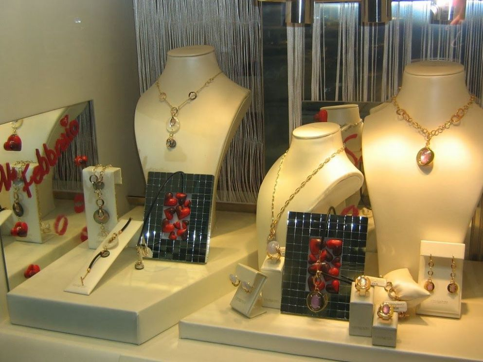 How to Create a Winning Window Display for Valentine's Day ...