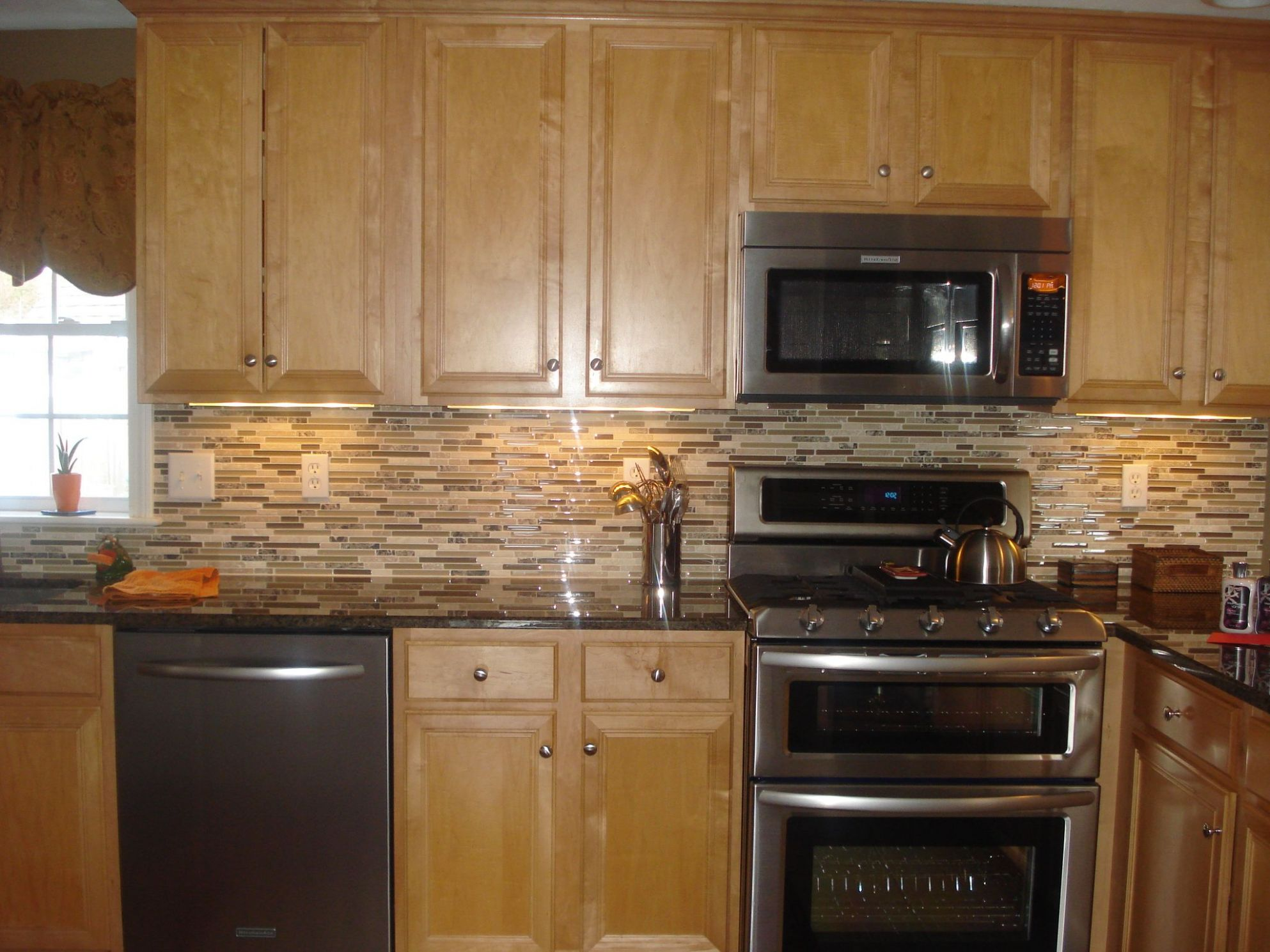 interior-black-granite-countertop-and-beige-mozaic-tile-backsplash ..