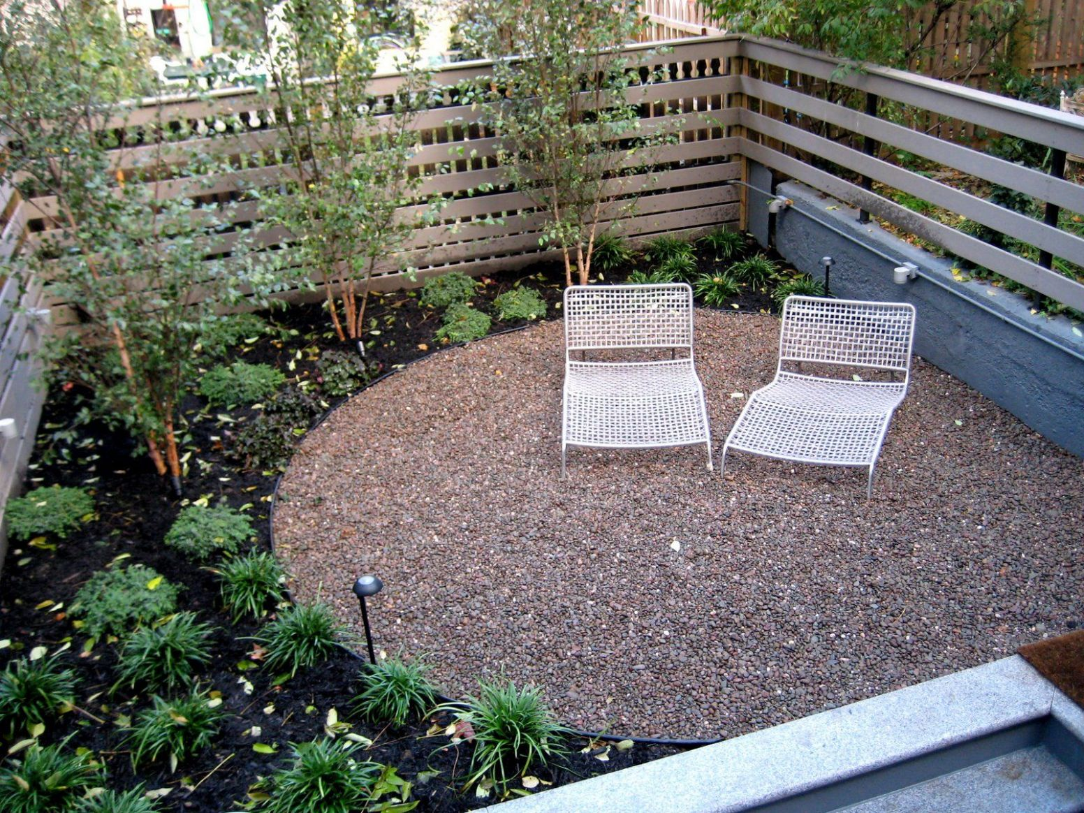 Like the dark bark chips and the round gravel patio | Small ...