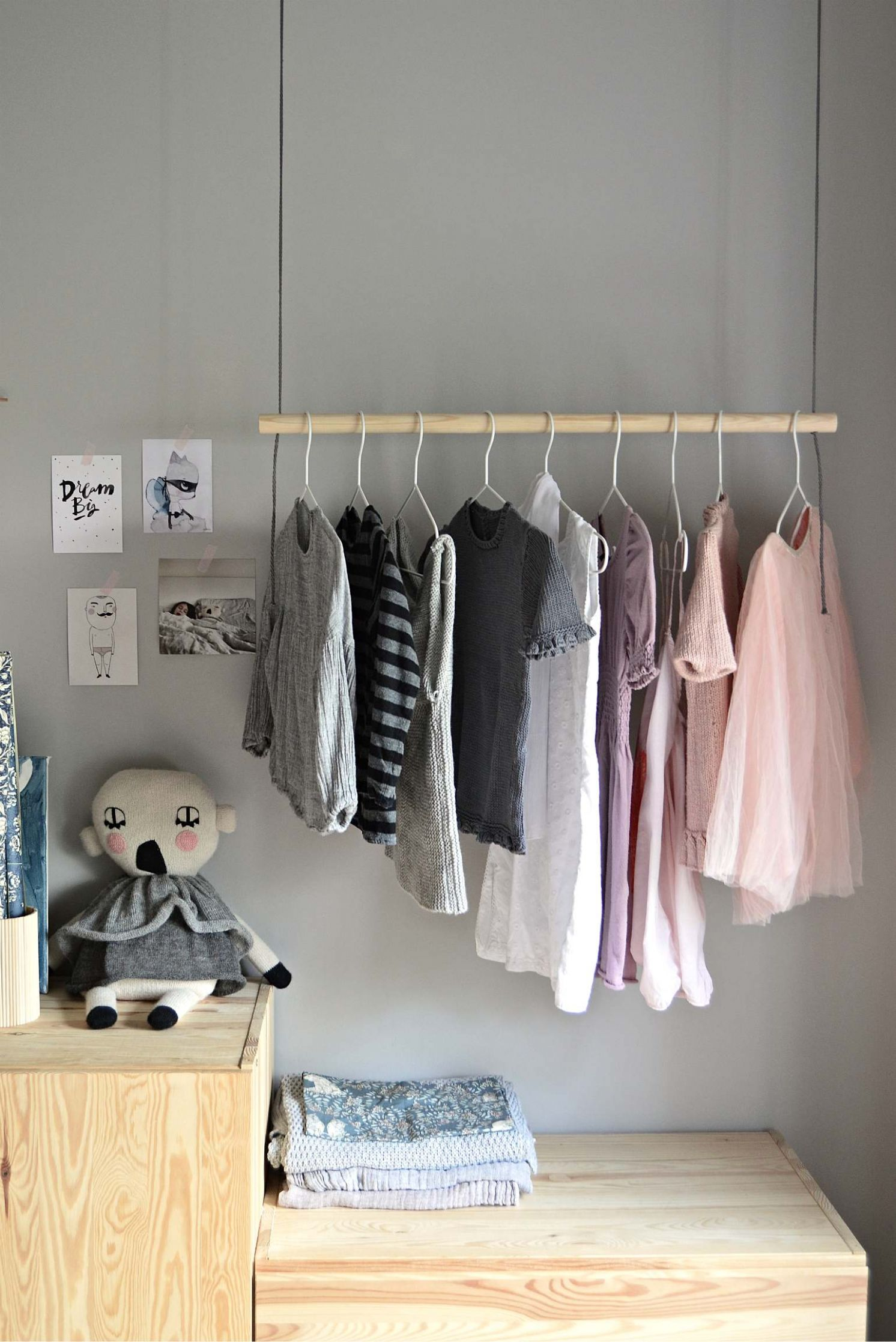 Hang on! With this DIY hanging clothes rack - DIY home decor ..