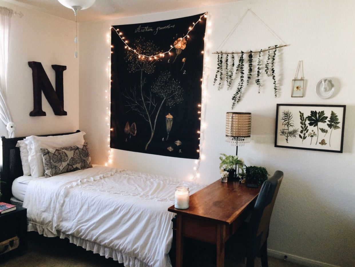 I love the wall decor of the hanging leaves. I want to make one ..
