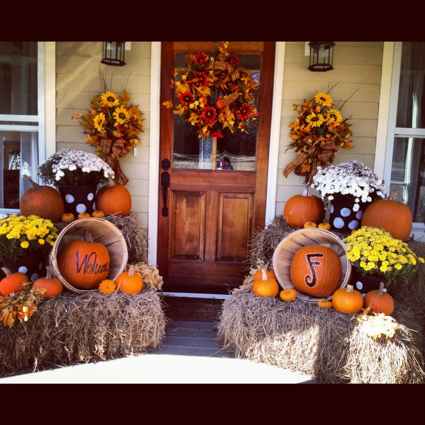 Love the decorations but really love the front door | Fall ..