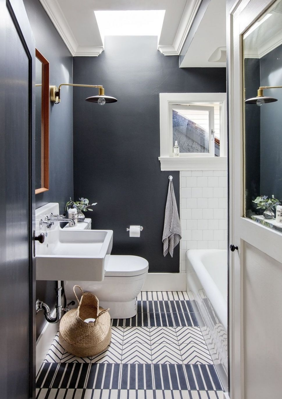 Navy walls in this pretty little bathroom designed by Sophie Burke ...
