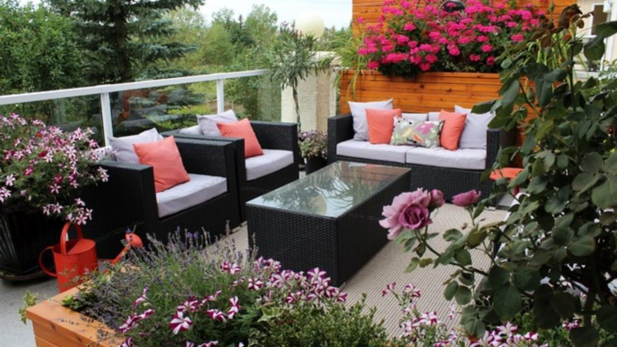 11 Colorful and Bright Balcony Decorating Ideas with Flowers
