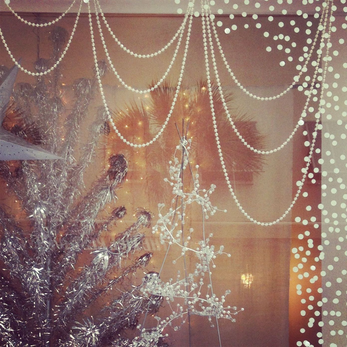 8 Cheap Holiday Window Display Ideas That Will Fill Your Small ...
