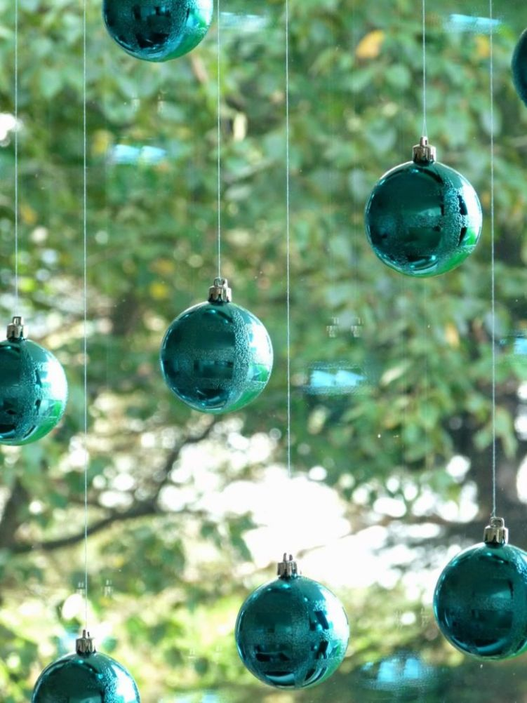 8 Cutest And Easiest DIY Christmas Window Décorations - Shelterness
