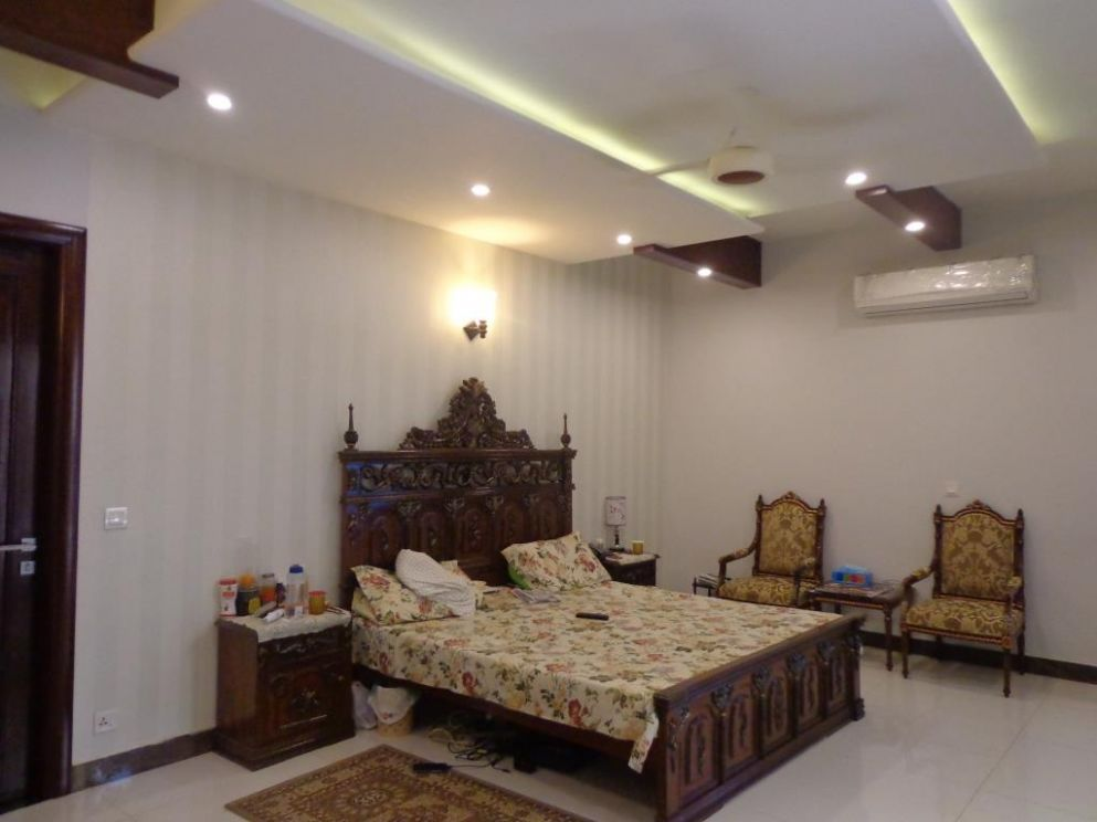8 Tips to Decorate Your Small Bedroom and Make it Look Big - wall decoration ideas in pakistan