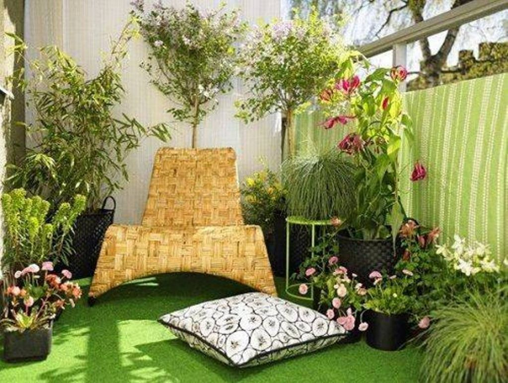 decorating-ideas-for-balcony-with-seating-and-fake-grass-and ..