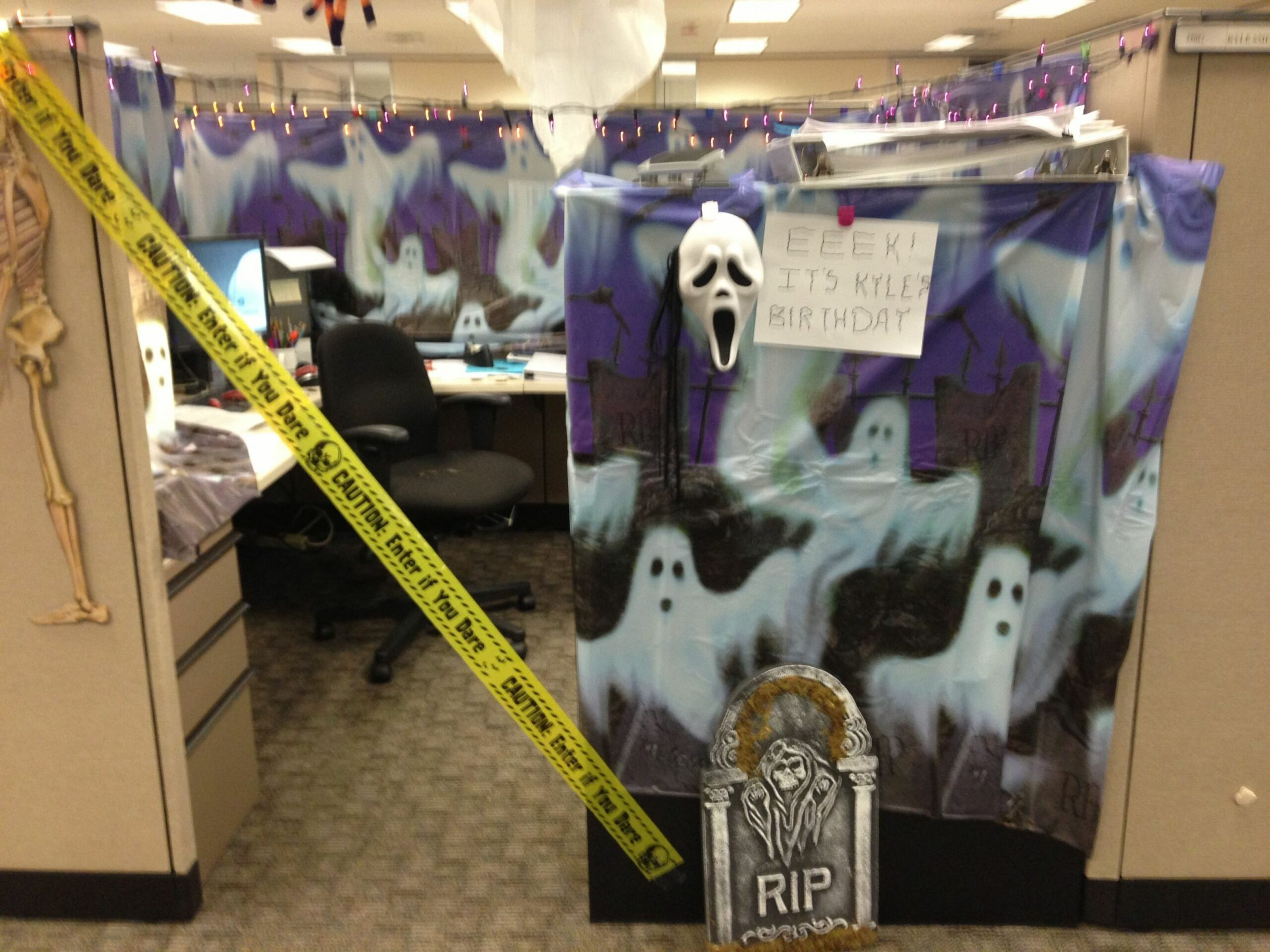 Halloween Themed Cubicle Decorating (With images) | Office ..