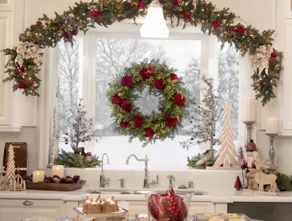 How to Hang Garland & Wreaths | Traditional christmas decorations ..