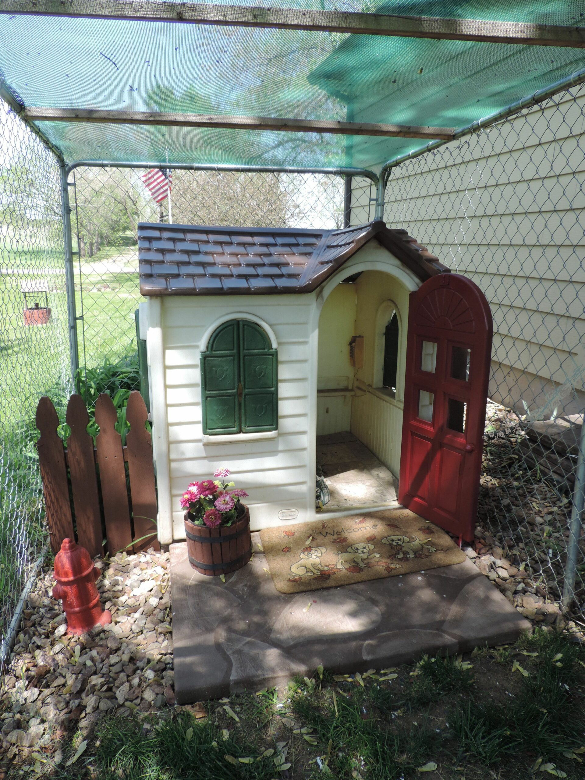 Play house turned dog house. Someone was throwing away this ...