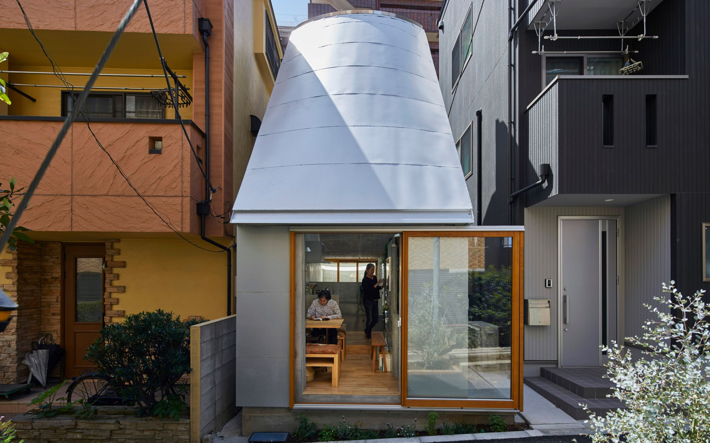 Takeshi Hosaka designs tiny house in Tokyo with funnel-like roofs - tiny house indonesia