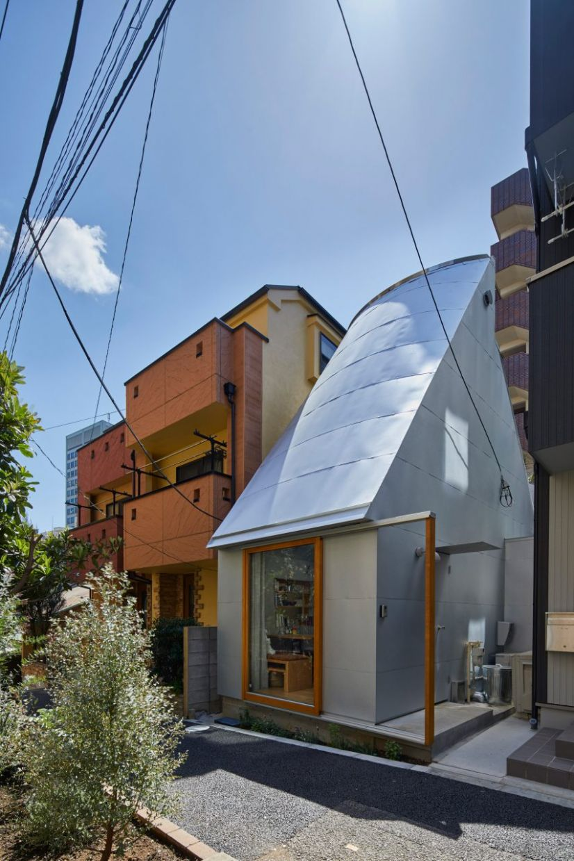 Takeshi Hosaka designs tiny house in Tokyo with funnel-like roofs - tiny house japan