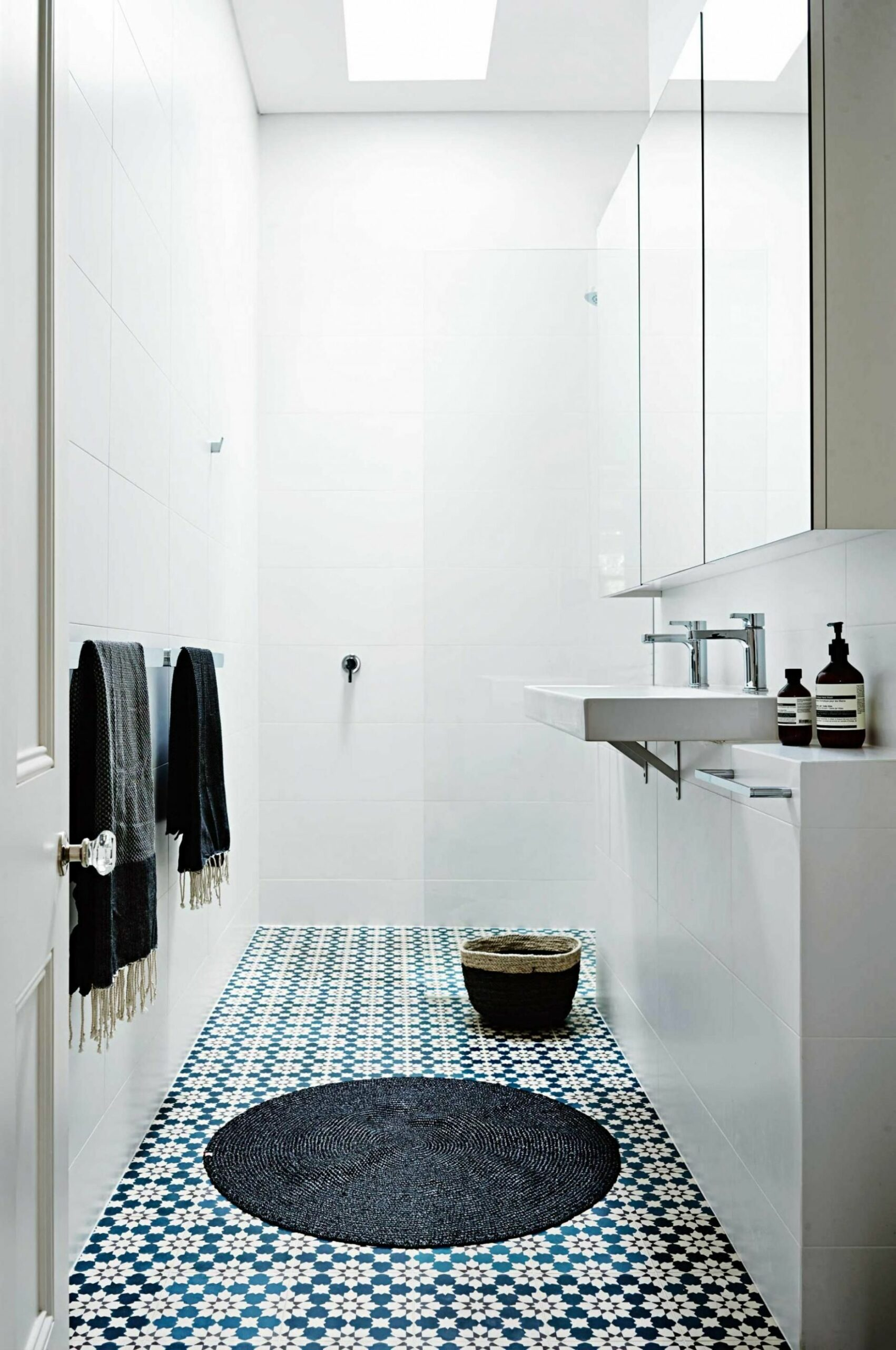 The Benefits Of A Doorless Walk In Shower (With images) | Bathroom ..