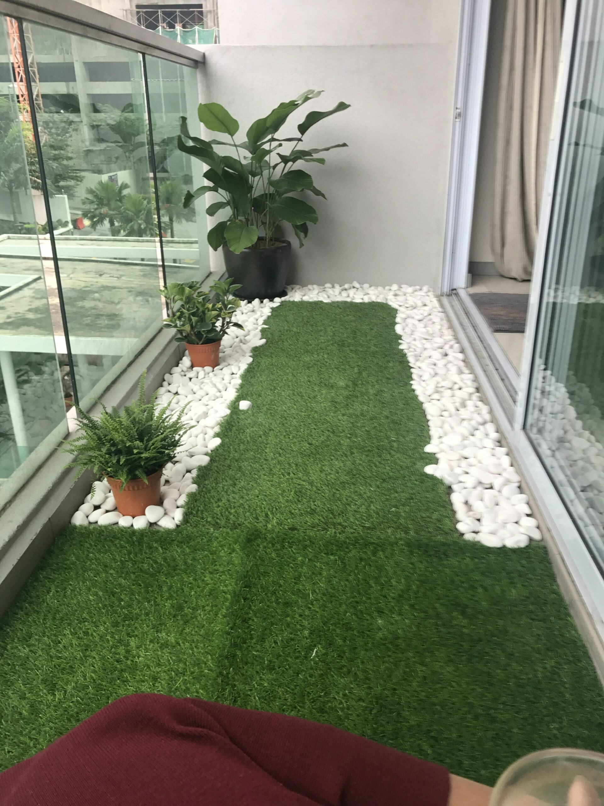 Tiny balcony with artificial grass and river pebbles (With images ...