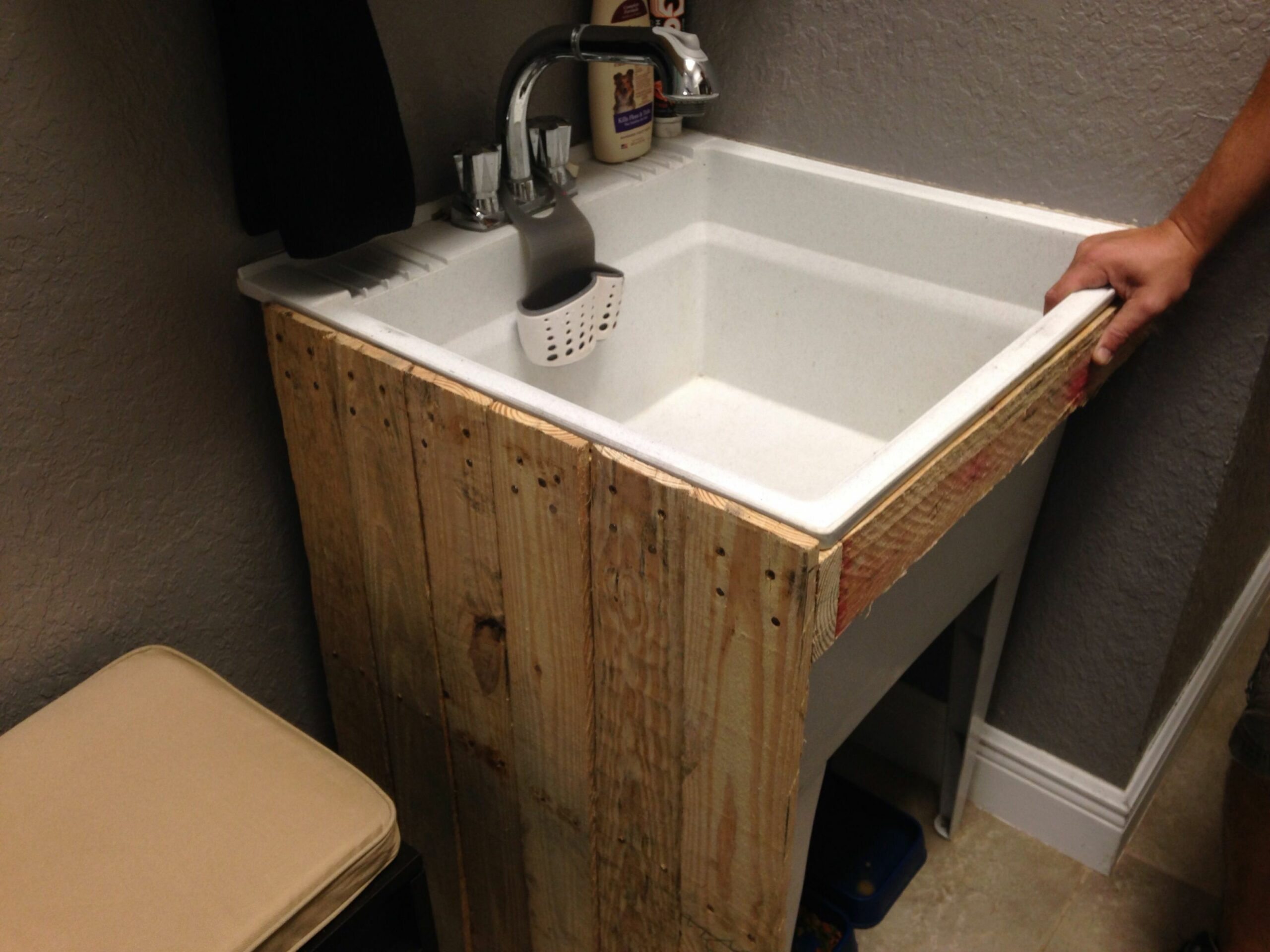 Upcycled pallet - utility sink … (With images) | Laundry room ..